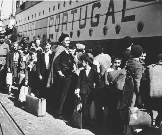 Mensen-voor-schip-portugal-refugees-1